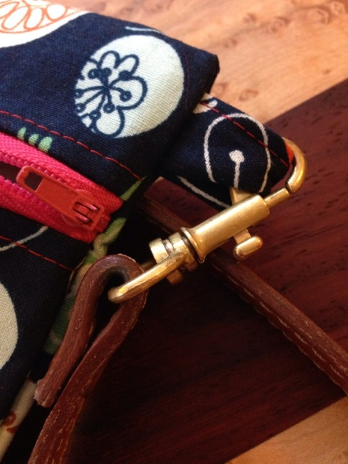 Use a detachable strap from an old leather purse to create a new fabric zippered purse | Alaska Knit Nat